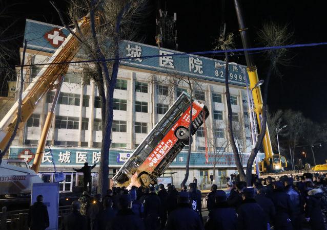 华媒:青海西宁路面坍塌事故已找到6具遇难者遗体