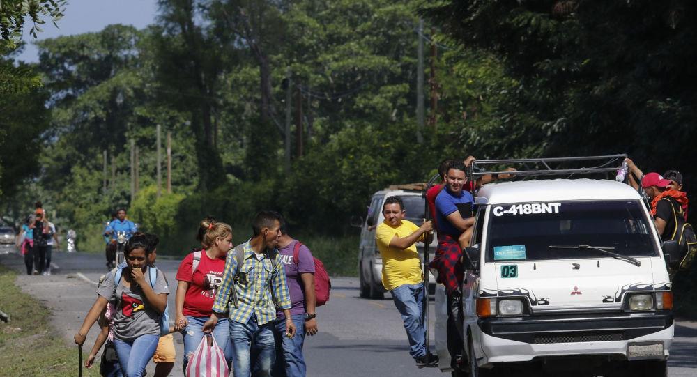 今年首批大篷车难民从洪都拉斯前往美国