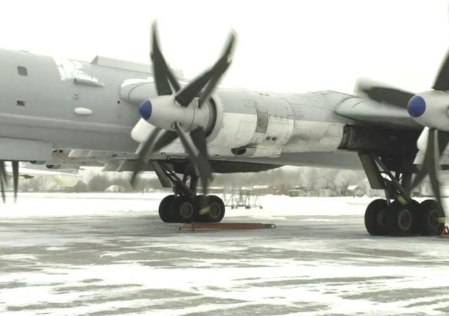 """""""图-95MS""""轰炸机在低温条件下飞行"""