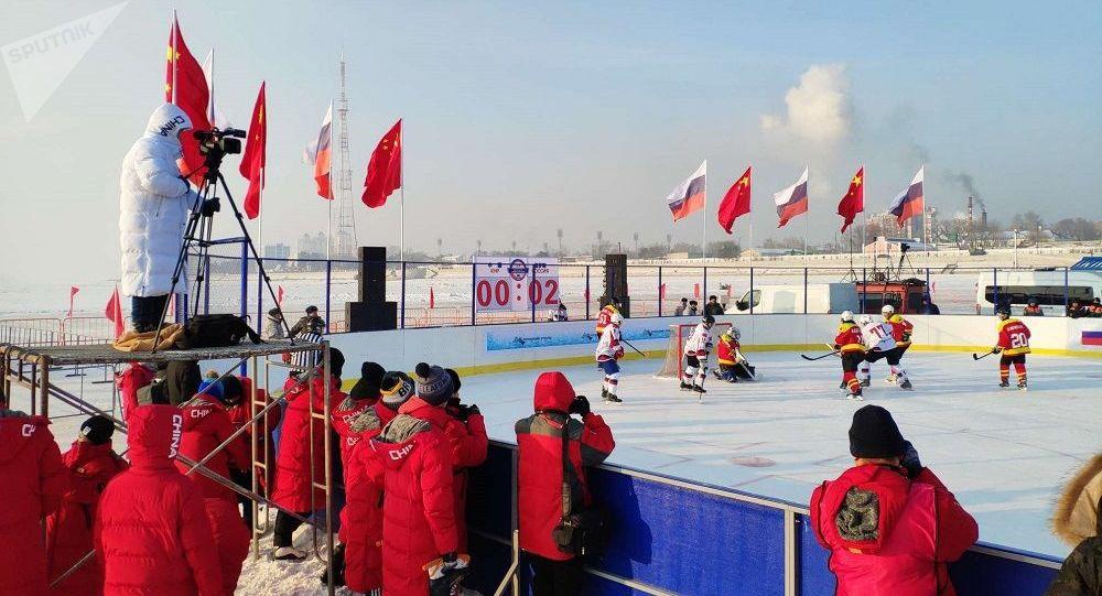 俄阿穆尔州冰球队在结冰的阿穆尔河上举办的冰球赛中战胜黑龙江省队
