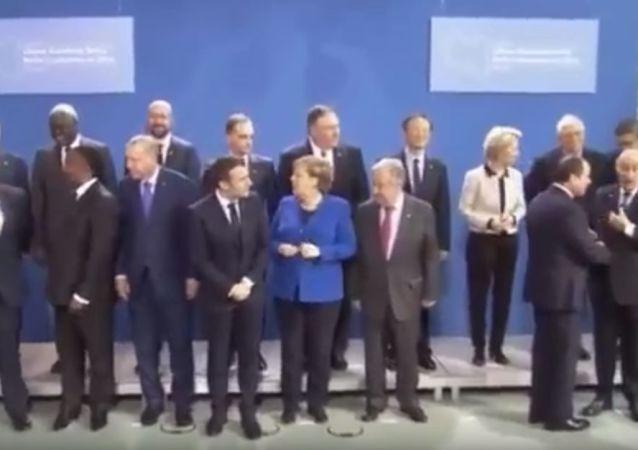 """马克龙和默克尔在柏林峰会合影时""""找""""普京"""
