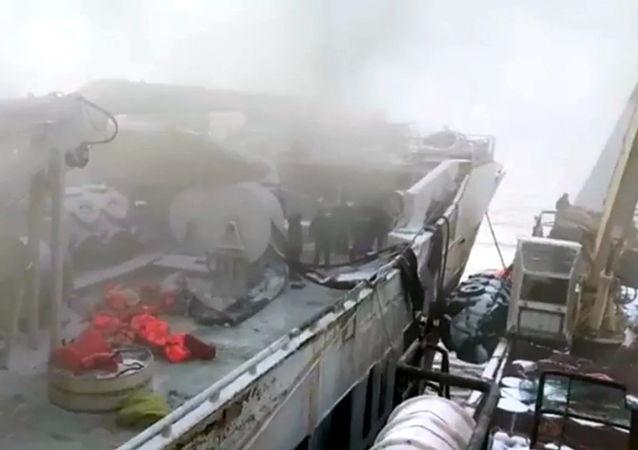 """俄救援协调中心:位于鄂霍次克海""""Enigma Astralis""""号拖网渔船火灾继续燃烧"""