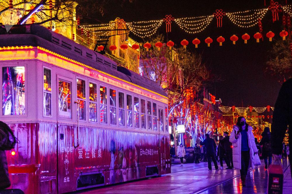 节日彩灯下的前门老电车