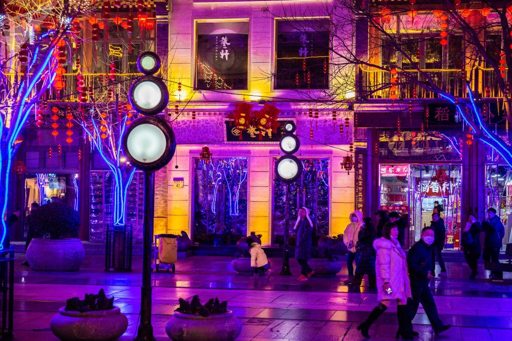 装饰着节日灯笼和彩灯的前门大街
