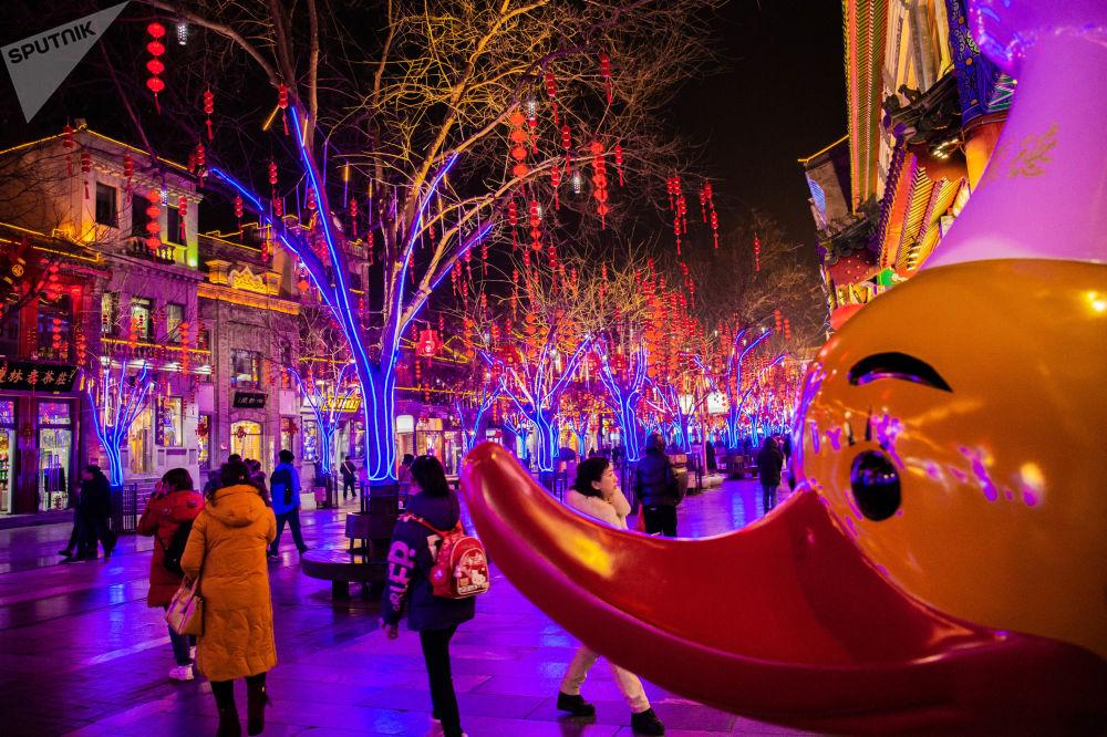 前门大街北京烤鸭店的新年红灯笼