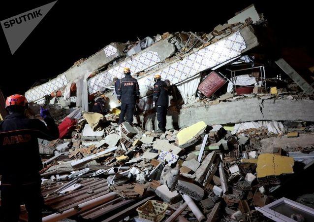 媒体:土耳其在震后从废墟下继救出一名2岁女孩后又救出其母亲