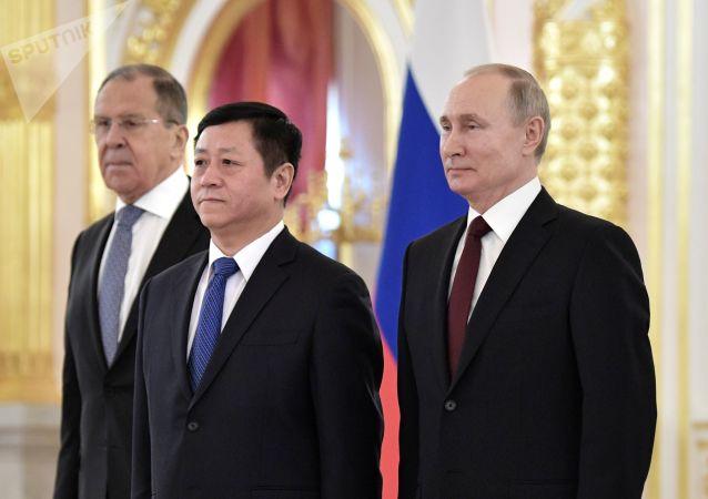 俄罗斯总统接受中国驻俄大使递交国书