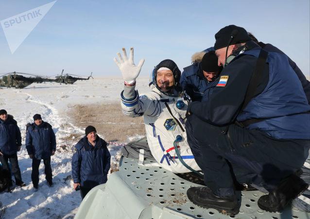 """搭载三名宇航员的""""联盟MS-13""""返回舱在哈萨克斯坦着陆"""