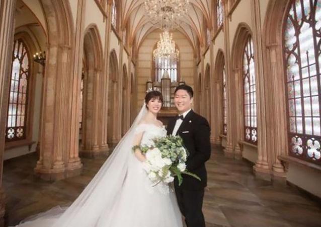 一对情侣因冠状病毒的缘故举行视频婚礼