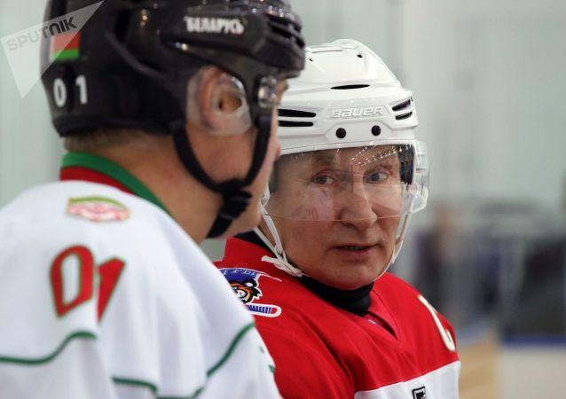 俄白两国总统在索契参与的冰球友谊赛以13比4的比分结束