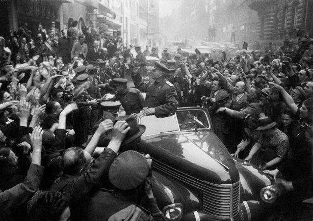 苏联乌克兰第一方面军司令员伊·斯·科涅夫元帅在解放后的布拉格