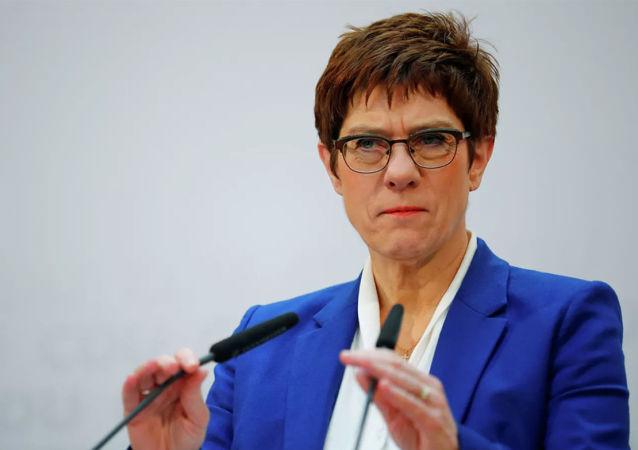 德国国防部长克兰普-卡伦鲍尔