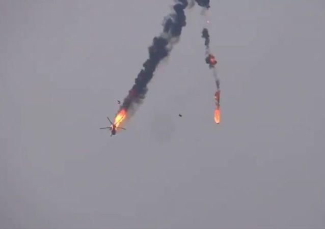网上出现据称被叙利亚武装分子在阿勒颇附近击落的叙利亚直升机视频
