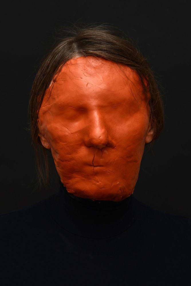 俄罗斯专业摄影师玛丽亚·科库诺娃的摄影系列《洞穴》中的作品《无脸》