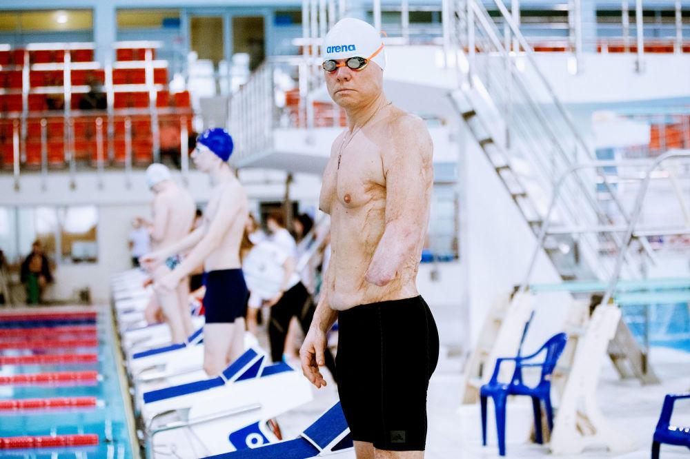 白俄罗斯专业摄影师米哈伊尔·卡布恰克的摄影系列《游泳》中的作品《肖像》