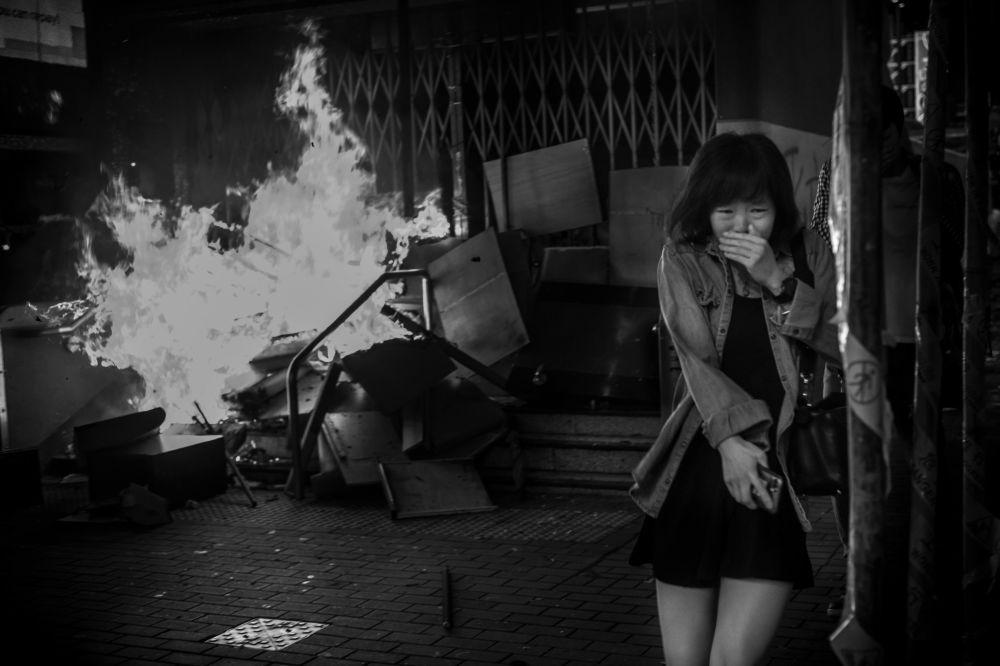 美国专业摄影师戴维·布托的摄影系列《香港战地风云》中的作品《香港10号》