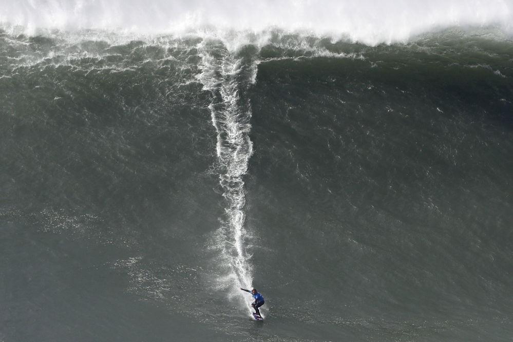 在葡萄牙巨浪上不可思议地冲浪