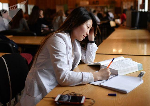俄太平洋国立大学正在考虑为中国学生进行远程学习问题