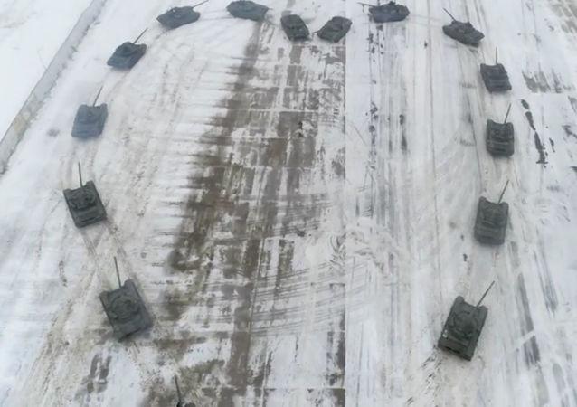 俄军人用坦克组心形求婚成功
