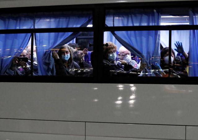 """从""""钻石公主""""号游轮撤离的美国乘客离开日本"""