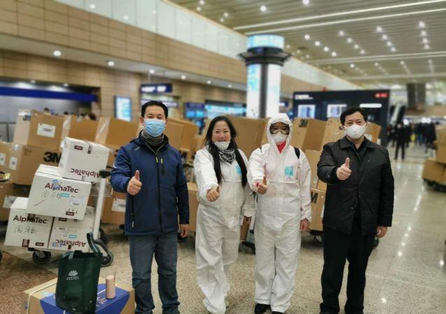 俄中国和平统一促进会常务副会长周月敏、邓惠燕等在杭州接到捐赠物资