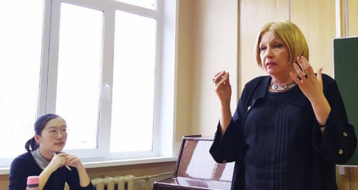 嘉琳娜·尚杜洛娃副教授给中国学生上课
