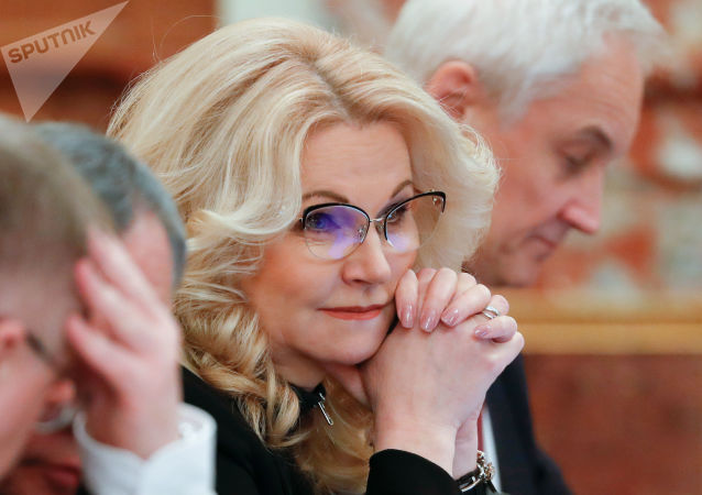 俄罗斯副总理塔季扬娜·戈利科娃(在中心)