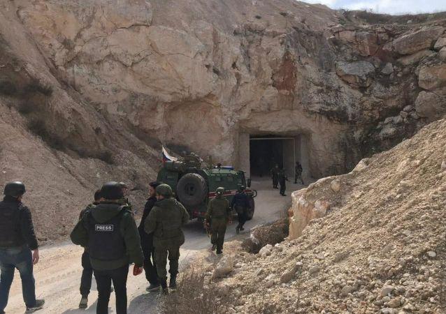 叙利亚工兵在阿勒颇郊区扫雷