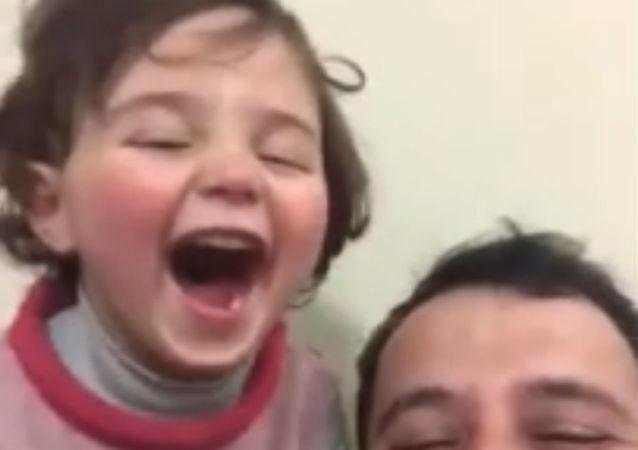 叙利亚一名父亲教会女儿笑对战争