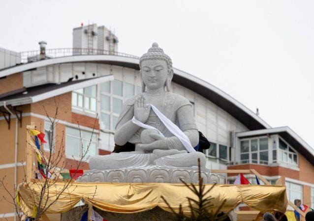 俄符拉迪沃斯托克佛教中心竖立一座重达10吨的佛像