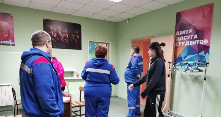 俄医务人员探访普列汉诺夫经济大学