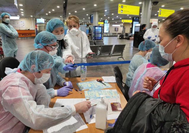 俄罗斯医务人员在机场为中国乘客做登记