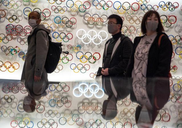 东京奥运会火炬接力手将因新冠病毒疫情威胁测量体温