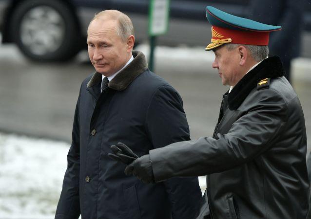 普京在海军阅兵式后与绍伊古在飞机上举行单独会谈