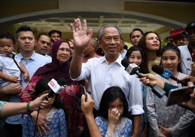 马来西亚总理穆希丁 (中)