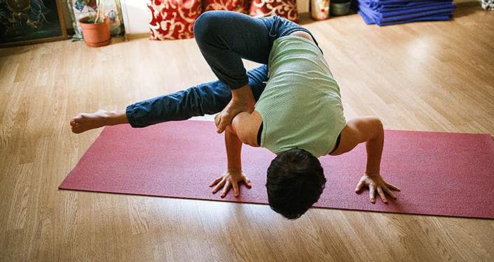 德里首位新冠病毒感染康复者称瑜伽有利于康复