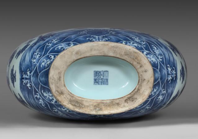 中国收藏家对乾隆年间的艺术品兴趣浓厚 一买家高价拍下青花瓷宝月瓶