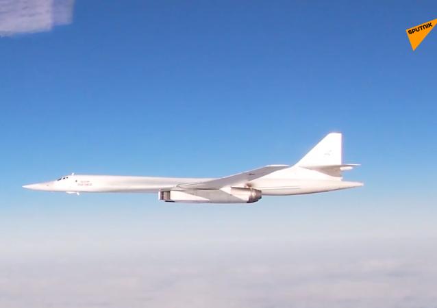 俄两架图-160轰炸机在大西洋上空进行飞行