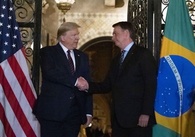 特朗普与博索纳罗握手