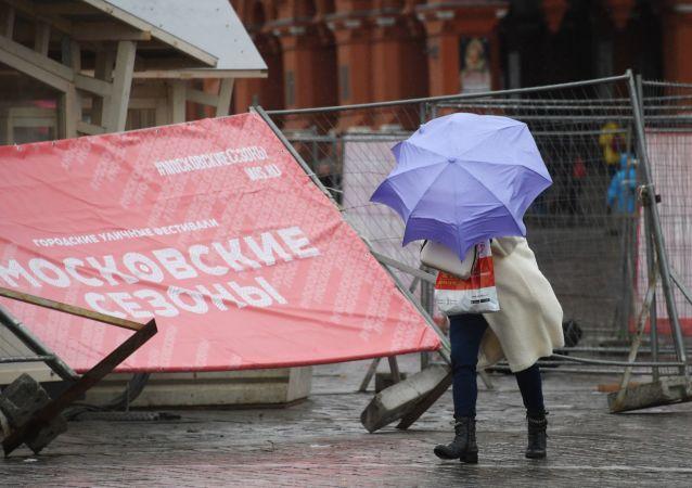 莫斯科遭狂风袭击 吹倒330多棵树3人受伤1人死亡