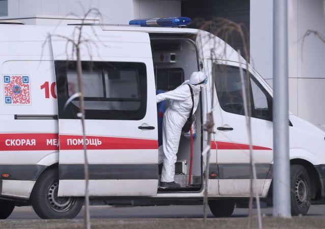 莫斯科州疑似新冠病毒患者医院附近的救护车医生