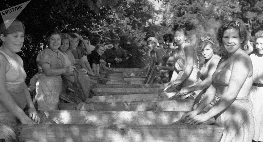 1942年,红军队伍中有了首批洗衣队伍