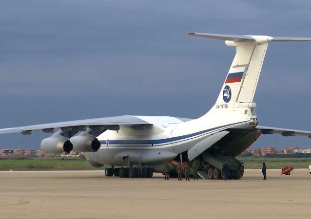 第一架载有在意大利协助对抗COVID-19的俄军人飞机起飞赴俄