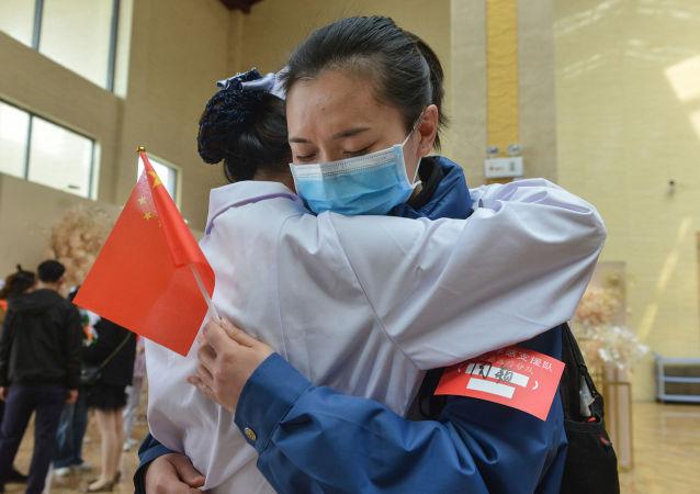 医生谈抗击新冠病毒之书 从中汲取中国经验