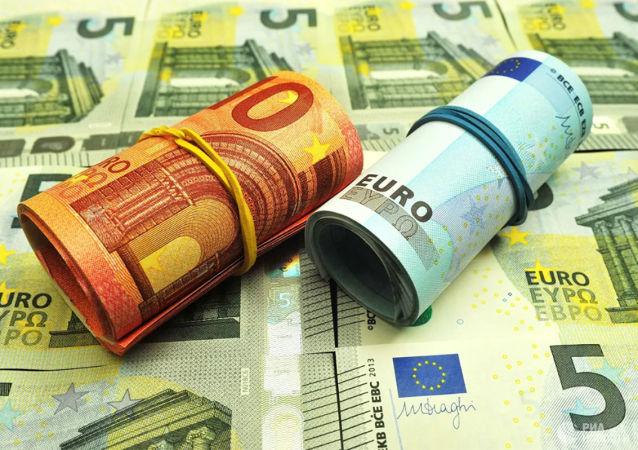 巴黎女子在公寓地下室发现装有50万欧元的箱子