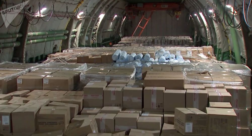 俄军三防部队对来自疫区的48架飞机进行消毒处理