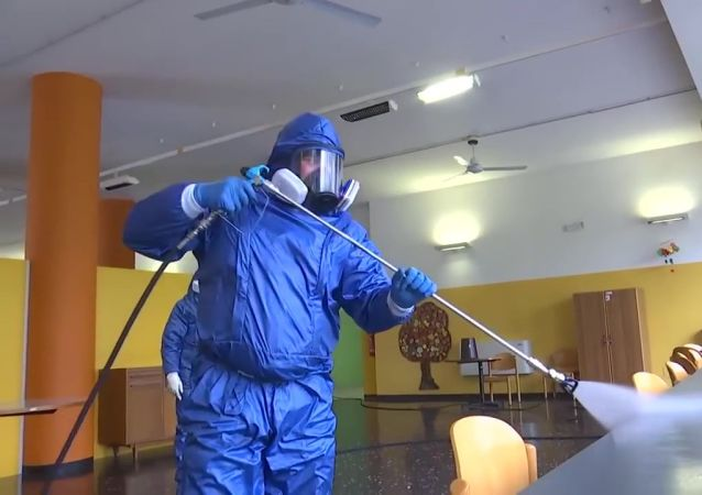 俄意军人对伦巴第大区两个城市的养老院进行消毒