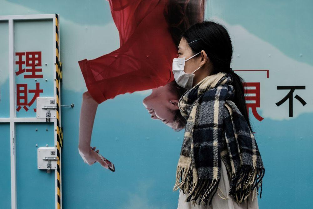 对的时间对的地点:路人与涂鸦和海报的神错位图