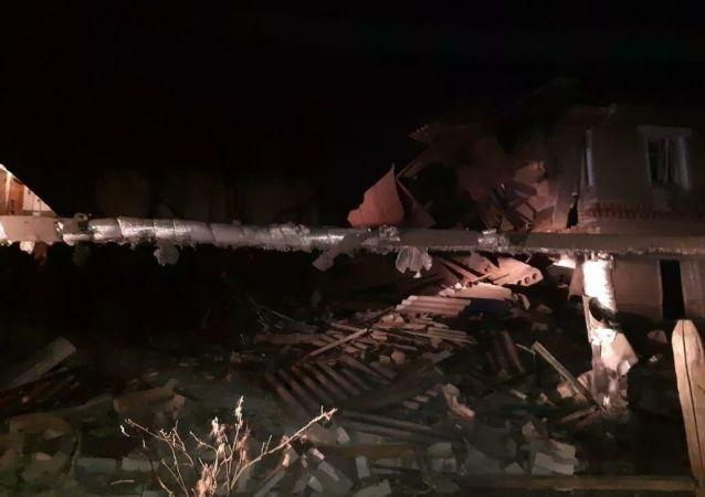 诺夫哥罗德州瓦恰区煤气罐爆炸引发住宅楼坍塌