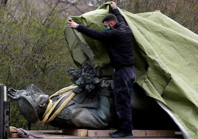 拆除布拉格苏联元帅雕像